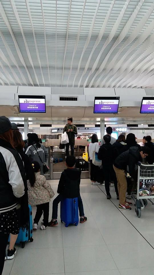 被指因遲到無法登機而大鬧機場,當事人出面澄清。(圖片取自「爆料公社」)