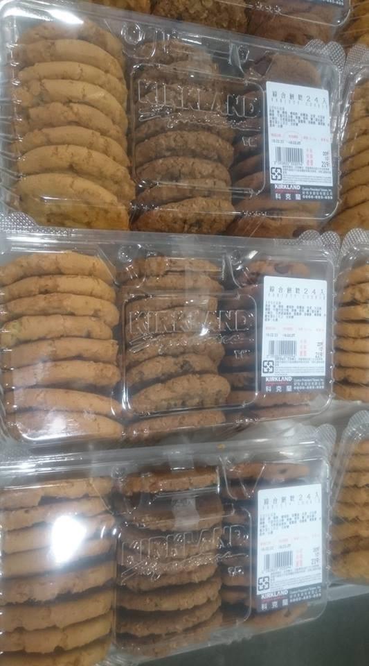 有網友在好市多目擊,一名婦人開了一盒餅乾吃了一口再放回去。(圖擷自臉書社團「Costco好市多 商品經驗老實說」)