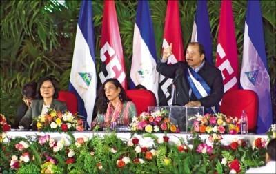 蔡英文總統(左)出席尼加拉瓜總統奧蒂嘉(右)就職典禮,蔡總統坐在奧蒂嘉及副總統穆麗優的右手位置,屬於賓客首席。(美聯社)