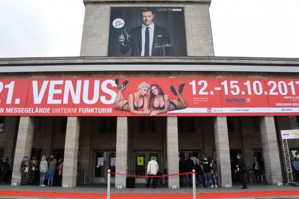 德國柏林第21年度的情色產業展會,「維納斯國際情色博覽會」(Venus Erotic Fair)於昨日開幕,遊客可在展會中目睹最新設計的性愛機器人、情趣用品和色情影片,或與自己喜愛的色情影片明星面對面交流。(圖片擷取自「維納斯國際情色博覽會」(Venus Erotic Fair)官網照片)