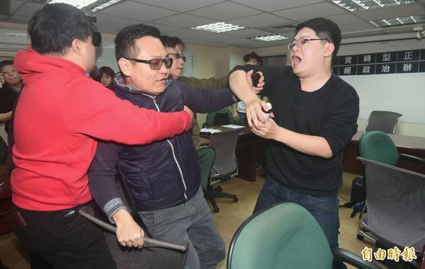3名男子闖入北社與獨派記者會場,持生髮劑朝蔡丁貴噴灑後被阻。(記者廖振輝攝)
