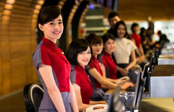 華航今年與國內大專院校合作,將首度招募「實習空服員」,每學期提供15萬元獎學金,將上飛機服務、每月飛行60小時。(資料照)
