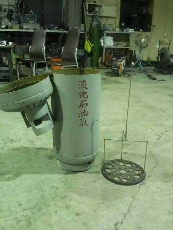 瓦斯桶造型的桶仔雞爐架外型相當逼真。(圖擷自臉書社團「爆廢公社」)