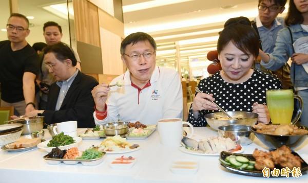 台北市長柯文哲到太平洋SOGO美食街,實地訪視餐具汰換成果。柯體驗環保餐具時堅持把飯菜吃完,身體力行展現「環保精神」。(記者方賓照攝)