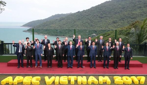 APEC我方領袖代表宋楚瑜(後排右一)和各國領袖合照留念。(歐新社)