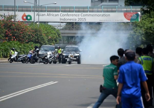 印尼首都雅加達驚傳數起爆炸,現場更傳出有匪徒與警方進行激烈槍戰。(法新社)