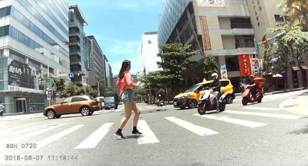 熱心機車駕駛將當時拍攝到的車禍影片上傳至網路,想讓事主自取影片做為事證,但網友全都把目光放在片中過馬路的長腿妹身上。(圖擷取自爆料公社)