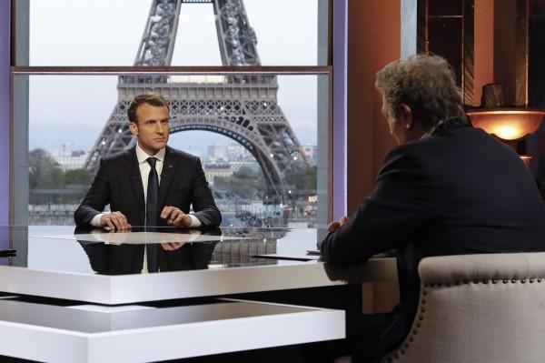 法國總統馬克宏(圖左)15日受訪時表示,儘管最近美、英、法聯軍空襲敘利亞,與俄羅斯立場相左,但他不會為此改變原定5月出訪俄羅斯的行程。(法新社)