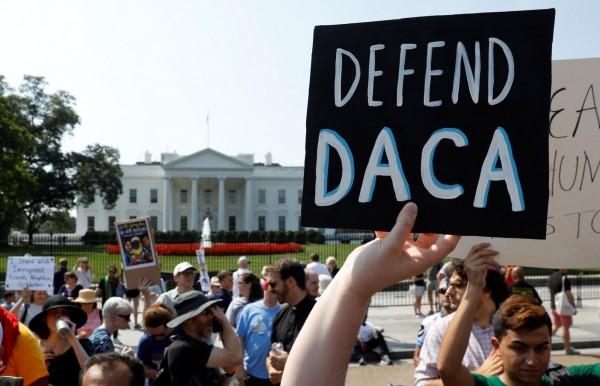 民眾在白宮前抗議川普終止DACA計畫。(路透)