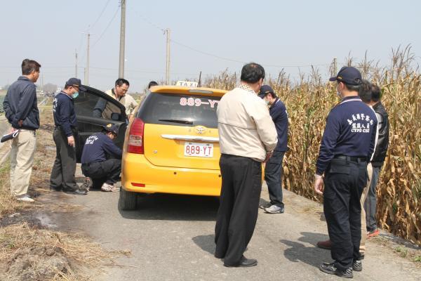 警方鑑識人員在遭劫計程車車上採證。(記者蔡宗勳攝)