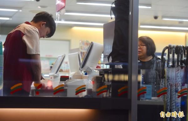 超商店員工作「包山包海」。圖中人物與本新聞無關。(資料照,記者簡榮豐攝)