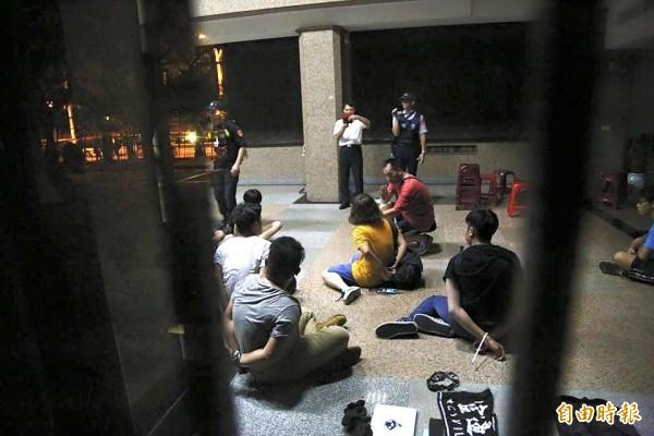 遭警方逮捕的33人中,一名邱姓女學生在移至保安大隊偵訊後表示身體不適。(資料照,取自獨立記者林雨佑臉書)