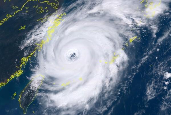 泰利颱風強度已達中度颱風上限,所幸暴風圈僅掠過北部近海,但受到颱風外圍環流影響,苗栗以北仍有局部大雨發生的機率。(衛星向日葵-8號即時網頁)