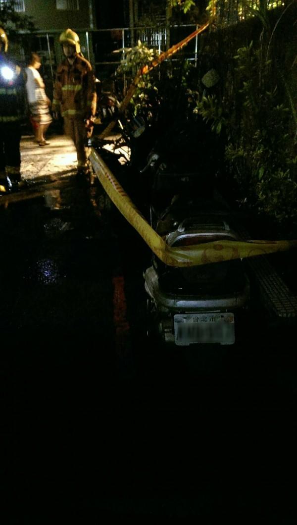 嫌犯李國輝曾於今年6月21日清晨1點多燒毀停放在中和興南路二段54巷9弄14號騎樓的機車,當時未造成人員傷亡。(民眾提供)