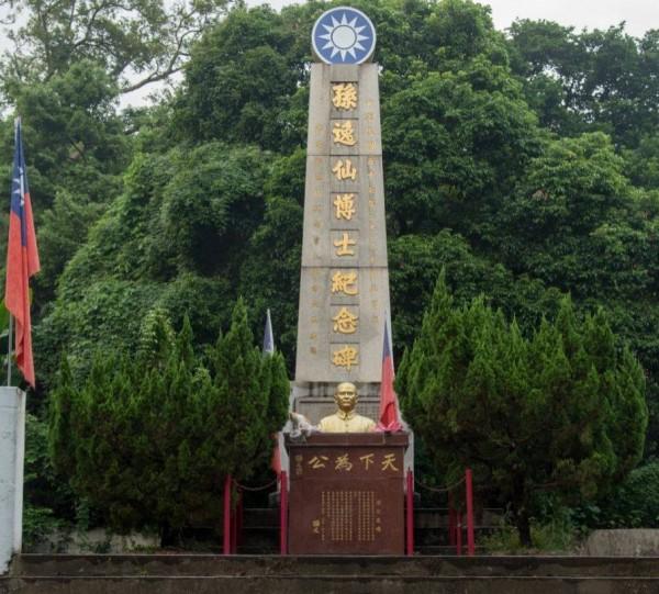 如今強拆工程已進行,兩側門柱上的「天下為公」和「博愛」等辛亥革命領袖孫中山名句,都已被油漆覆蓋。(HKJC H.A.D Walk臉書專頁)