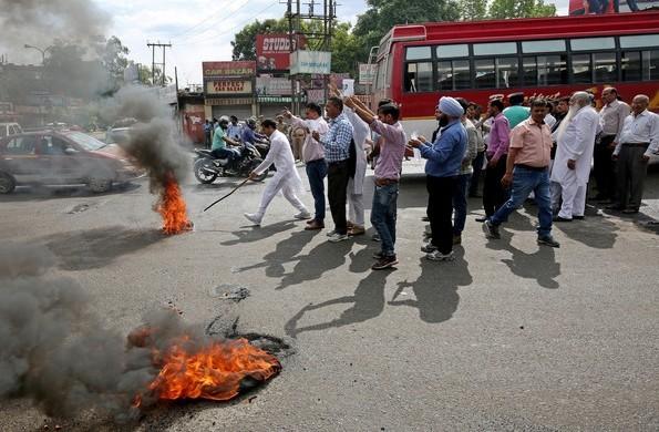 這起8歲女童被性侵致死有8名嫌犯,甚至引發印度當地不同宗教團體間衝突,還有人上街抗議、要求釋放性侵嫌犯。(路透)