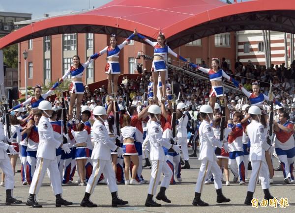三軍儀隊結合啦啦隊表演。(記者黃耀徵攝)