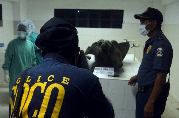 警方對坎特納遺體進行採證。(路透)