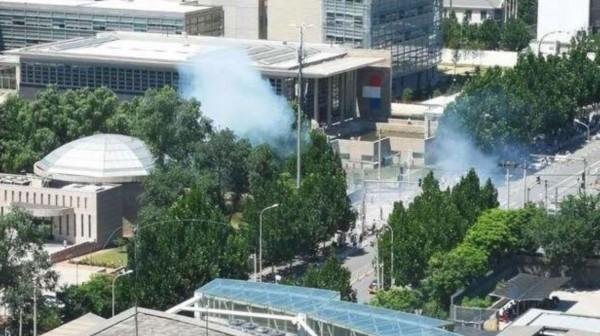 中國北京朝陽區美國駐中國大使館,今(26)日下午1時許發生爆炸案,官方聲稱已逮捕做案的內蒙古籍男子,卻禁止民眾在當地拍攝。(圖擷取自微博)