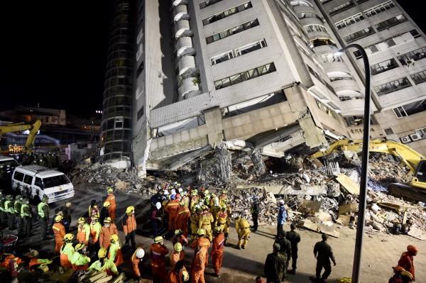 花蓮強震,救難人員努力救災。(記者簡榮豐攝)