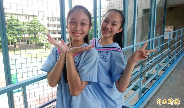 海軍領搭配藍色及粉紅色的滾邊,讓穿上制服的女學生更顯青春洋溢。(記者劉婉君攝)
