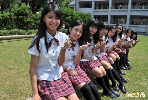 漢英雙語中學的英倫學院風制服,深受女學生們喜愛。(記者周敏鴻攝)