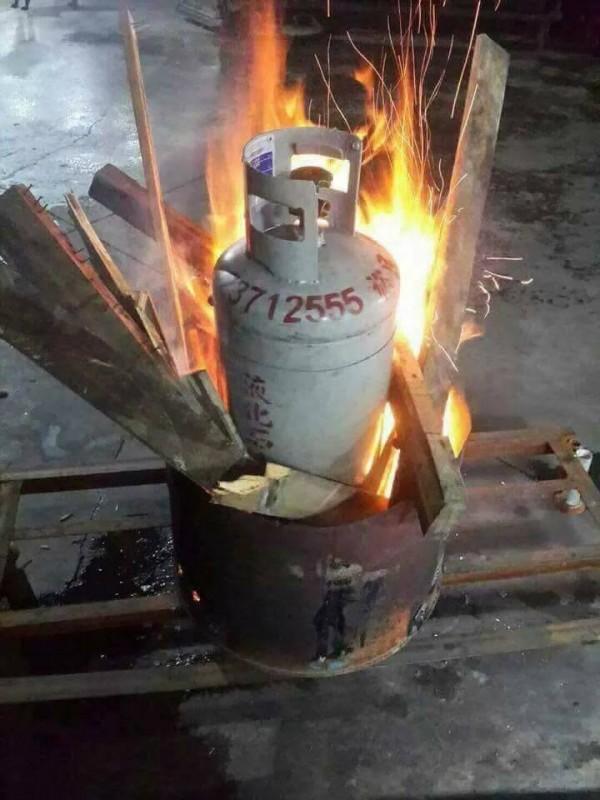 有網友PO出瓦斯桶造型的桶仔雞爐架在柴火中燃燒的照片。(圖擷自臉書社團「爆廢公社」)