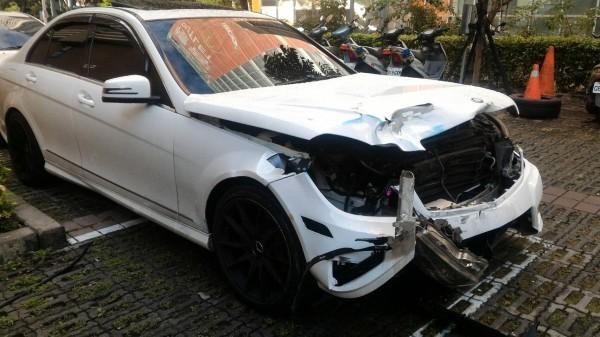 顏女駕駛的賓士車車頭嚴重毀損,顯見撞擊力道猛烈。(記者許國楨翻攝)
