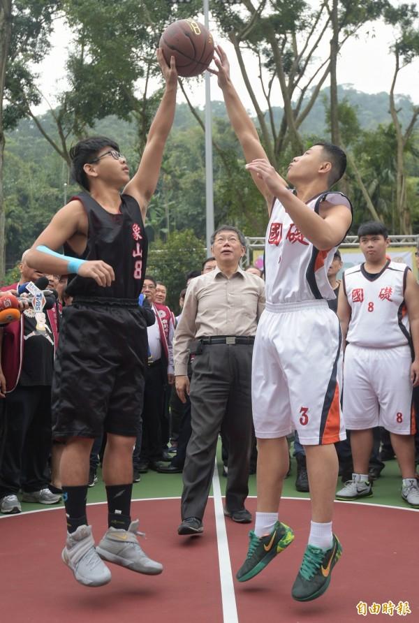 台北市長柯文哲24日出席「運動反毒公益園遊會」,為青少年朋友籃球鬥牛賽開球。(記者張嘉明攝)
