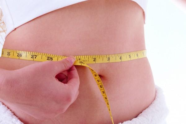 若出現莫名腹痛或拉肚子,有可能是大腸憩室炎引起。(情境照)