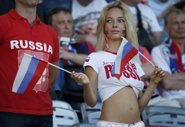 阿根廷足協被發現,其用於介紹俄國文化的世界盃官方記者手冊中,竟有「如何釣俄國妹」的內容。圖為俄國女球迷。(路透)