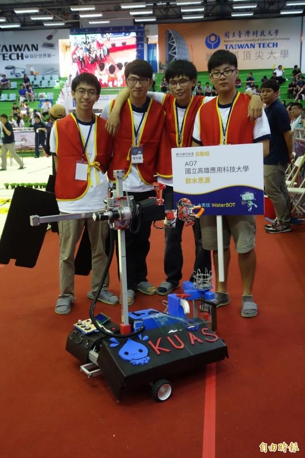 第20屆TDK機器人競賽在台灣科技大學舉辦,其中自動組冠軍由高雄應用科技大學組成的「飲水思源」隊拿下。(記者吳柏軒攝)