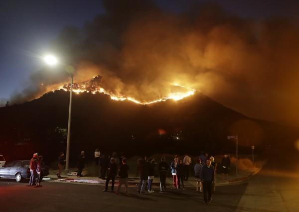 「希爾大火」與「伍爾西大火」同時發生在南加州,目前已經燒毀約8000英畝(約32平方公里)的土地。(美聯社)