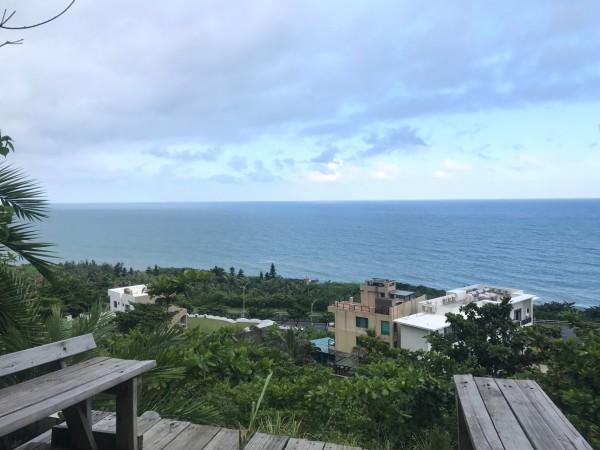 只需步行3分鐘,即可抵達看海露台,擁抱整片太平洋景觀。(記者簡亭宇攝)