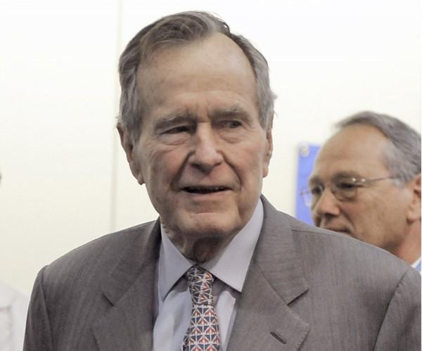 美國前總統老布希,遭一名女性指控,在2003年她16歲時,趁著合照時對她襲臀,完全沒在乎她父母就在旁邊。(美聯社)