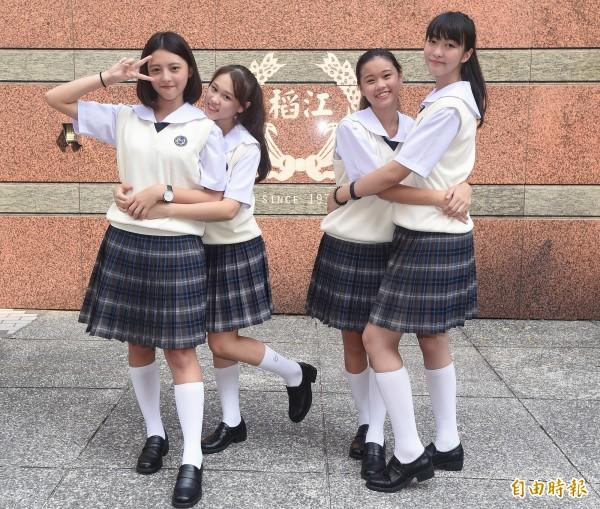 夏季制服可搭配米白色背心,更顯得活潑俏麗。(記者廖振輝攝)
