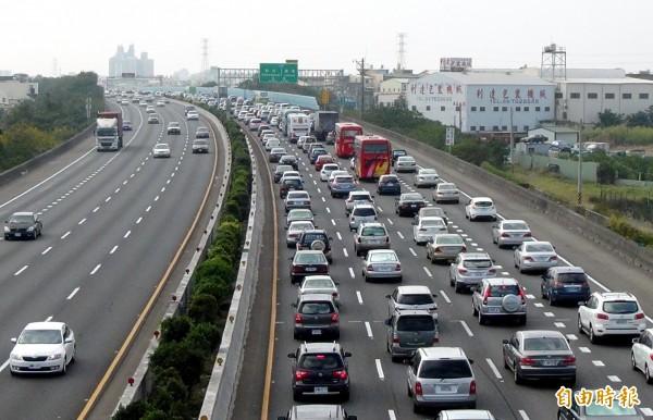 春節連假國道湧車潮,逾全國汽車登記數的一半。(資料照)