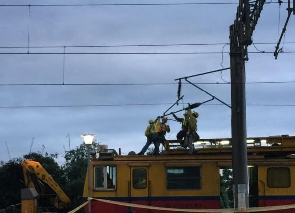 台鐵人員日以繼夜搶修。(圖翻攝自fun臺鐵)