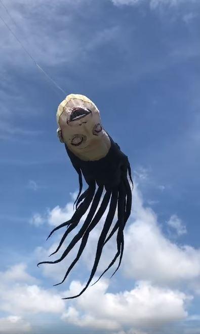 近來臉書上瘋傳1段影片,1只人臉造型風箏在天空中飄揚,但它卻不是走可愛路線,而是採用眼睛倒吊、披頭散髮的驚悚風格。(圖擷取自爆笑公社)