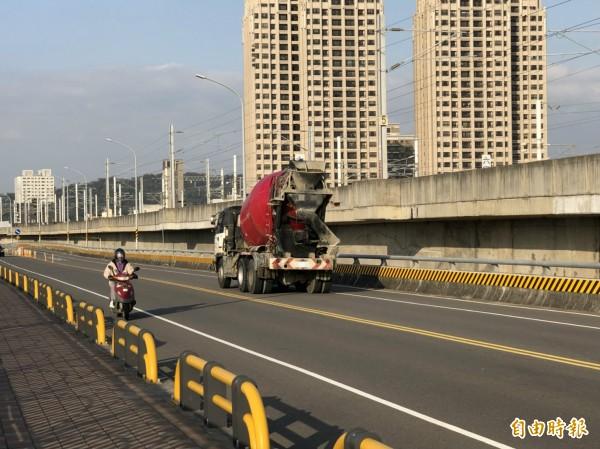 竹北市民代表余政達表示,接獲民眾抱怨,屢見大型貨車違規行駛興隆大橋,憂心威脅到機車族的行車安全。(記者廖雪茹攝)