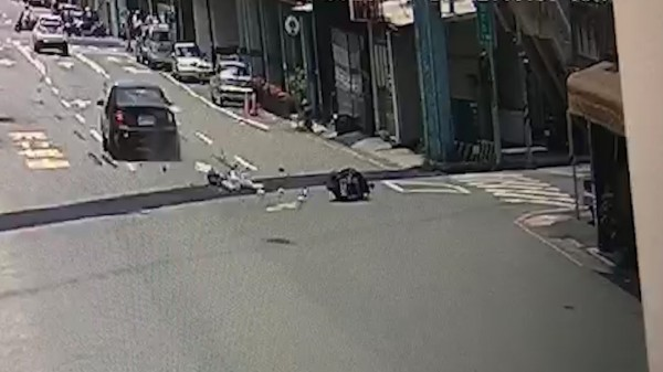 李女見到車子煞車滑倒,造成直行經國路的魏男車子直接輾過李女,李女傷重當場沒有生命跡象。(圖擷取自影片)