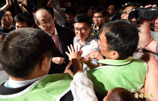 前總統陳水扁今晚出席凱達格蘭基金會舉辦的餐會,不同於去年另開包廂與支持者會晤,今年直接進入會場就座用餐。(記者簡榮豐攝)