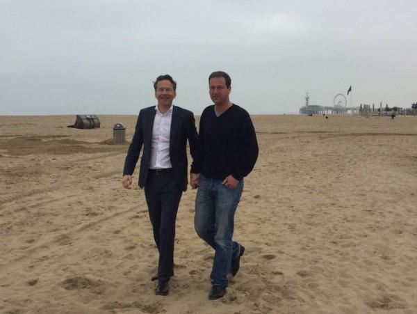 荷蘭副總理阿斯爾(左)響應「牽手照」運動。(圖擷取自@LodewijkA推特)