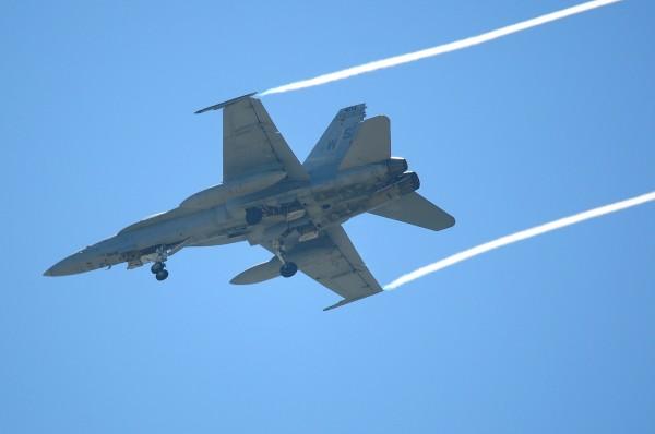 台南飛機迷拍下美國F-18戰鬥機(兩翼端未掛彈)是第二架降落台南機場。(記者王俊忠翻攝)