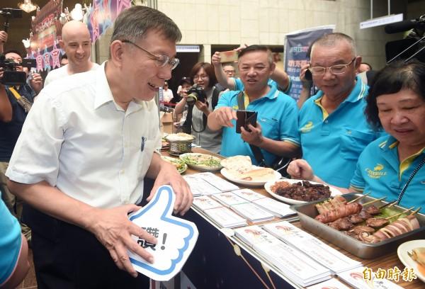 台北市长柯文哲力推行动支付,但台北市议员洪健益今下午于议会质询时指出,北市有7593个市场摊商,行动支付比例仅1.5%。(记者廖振辉摄)