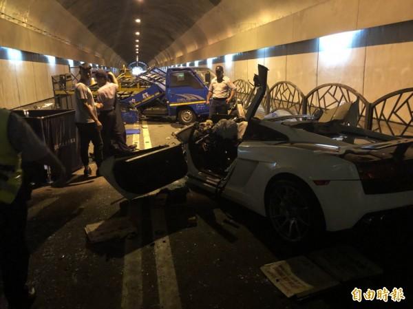 24歲游姓男子駕駛超跑藍寶堅尼LP560行經隧道時,疑似車速過快失控撞上工程車,導致副駕駛座的27劉女與另名49歲張姓工人傷重身亡。(記者劉慶侯攝)