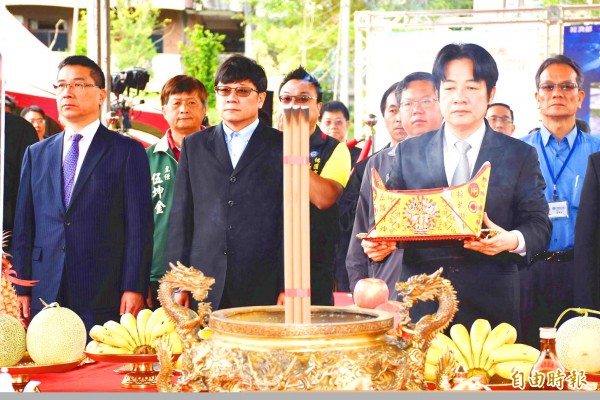 Premier William Lai, front right carrying a decorative paper gold ingot, attends a ceremony in Taoyuan County yesterday to pray for the safety of workers and the success of a new project to construct a siltation prevention tunnel around Shihmen Reservoir's Amuping Wharf.
