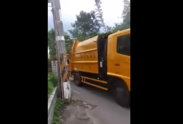 一名住在台灣的澳洲男子,以為「少女的祈禱」響起就代表冰淇淋車來了,但沒想到來的竟是垃圾車,讓他失望拍影片自嘲。(圖擷取自YouTube/AuroraXerox)