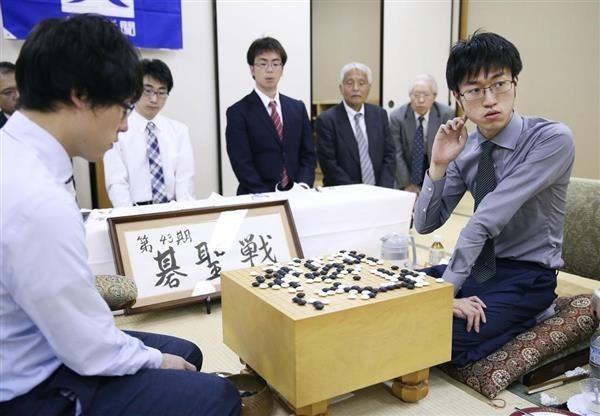 台灣旅日圍棋好手7段許家元(右)在第43期碁聖戰以3勝0負的戰績,打敗日本七冠王井山裕太(左)奪下碁聖頭銜。圖為6月23日在石川縣金澤市舉行的第一戰。(取自產經新聞)