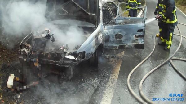 黃男趴臥引擎室遭燒成焦屍。(記者余衡翻攝)